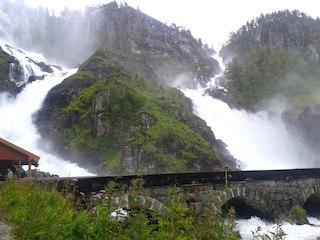У самого популярного водопада, конечно, масса туристов... Но он действительно прекрасен!